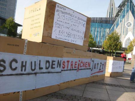 Aktion gegen die Europapolitik der deutschen Bundesregierung im Oktober 2012 auf dem Leipziger Augustusplatz.