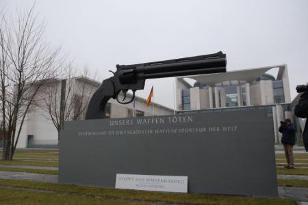 2013-02-26 Aktion Aufschrei - Stoppt den Waffenhandel. - Kanzleramt-Berlin