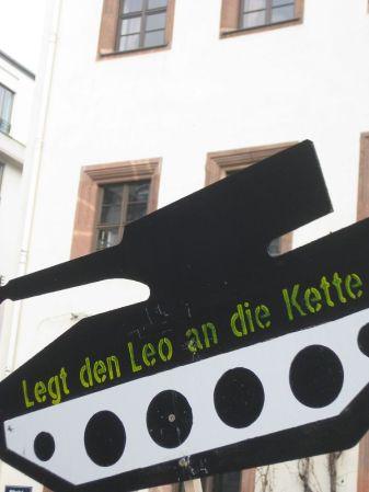 2013-03-30 Ostermarsch Leipzig (29) Leo an die kette