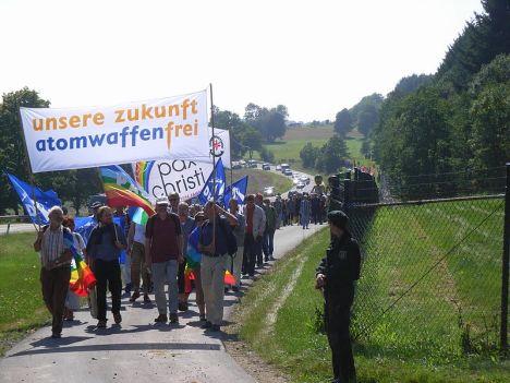 800px-Unsere_Zukunft_Atomwaffenfrei_-_Demo_Büchel_2008-2