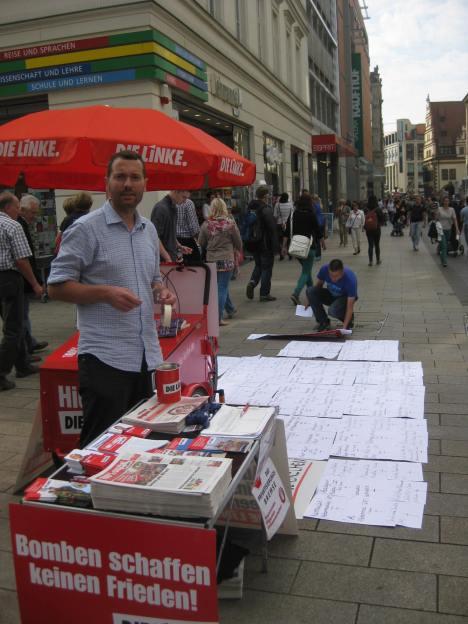 2013-09-05 DIE LINKE Leipzig Infostand Mike Nagler - Friedenspolitik Kunduz-Affaere