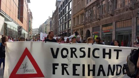 Banner Vorsicht Freihandel Buendnis Leipzig Degrowth attac_Mike Nagler