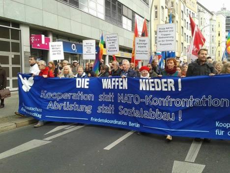 2016-10-08-friedensdemo-berlin-waffen-nieder-13-frontbanner